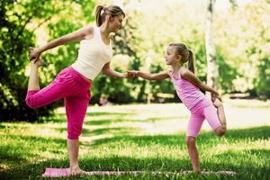 Familien Yoga - Kind mit Begleitperson