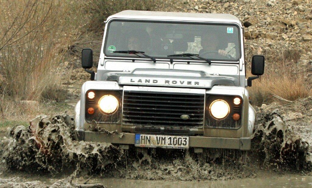Land Rover Defender Geländewagen fahren