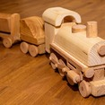 Bau einer lebensgroßen Holz-Eisenbahn mit Bahnhof und Brücke